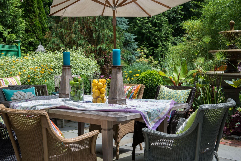 hampton-poolside-dining-area